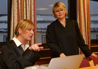 PÅ FINNSNES: Bistandsadvokat Tone Norderval og aktor Marie Lyngre.