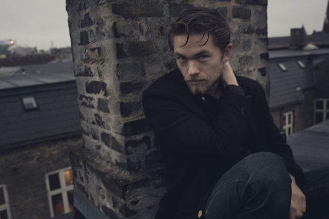 <p>DEILIG Å VÆRE NORSK I DANMARK: Jakob Oftebro er en like stor stjerne i Danmark som i Norge. Her er han fotografert i København i fjor høst.</p>