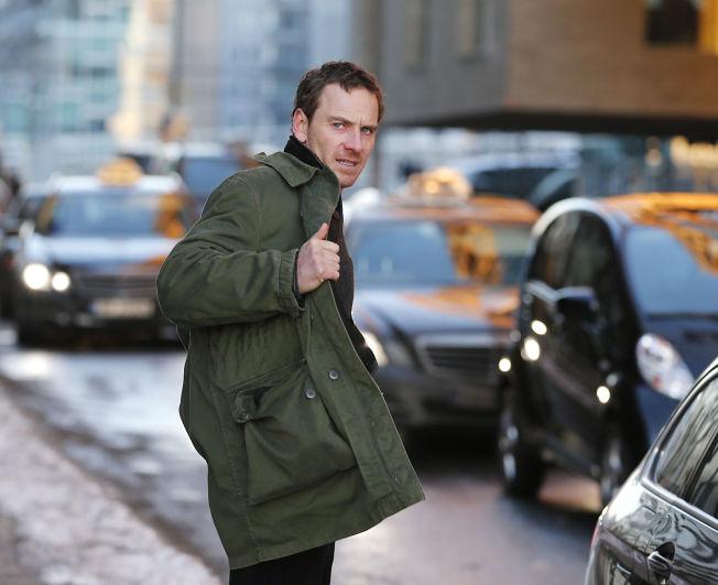 <p>BLIR KJENT MED OFTEBRO: Hovedrolleinnehaver Michael Fassbender som Harry Hole fotografert under innspilling i Oslo.<br/></p>