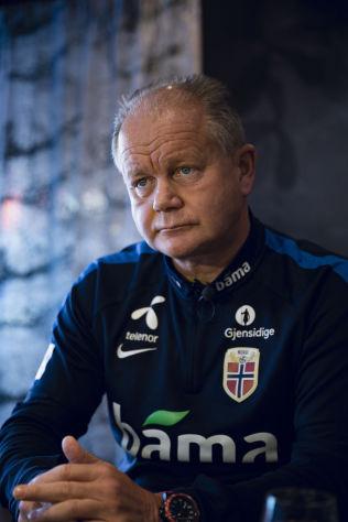 ANGRER IKKE: Landslagstrener Per-Mathias Høgmo angrer ikke på valgene som ble tatt under kampene mot Ungarn i EM-kvaliken.