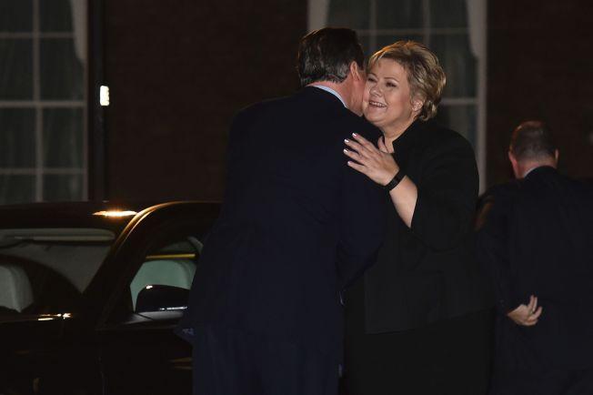 <p>HJERTELIG MØTE: Statsminister Erna Solberg ble møtt av en klem da hun kom til David Cameron i Downing Street i kveld.</p>