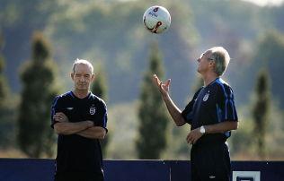 KOSOVO-SJEF: Tord Grip (til venstre) er assistent på Kosovos landslag. Her sammen med Sven-Göran Eriksson, da de ledet det engelske landslaget.