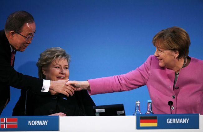 ARRANGØRENE: FN-sjefen Ban Ki-moon hilser på Angela Merkel og Erna Solberg på Syria-konferansen i London torsdag.