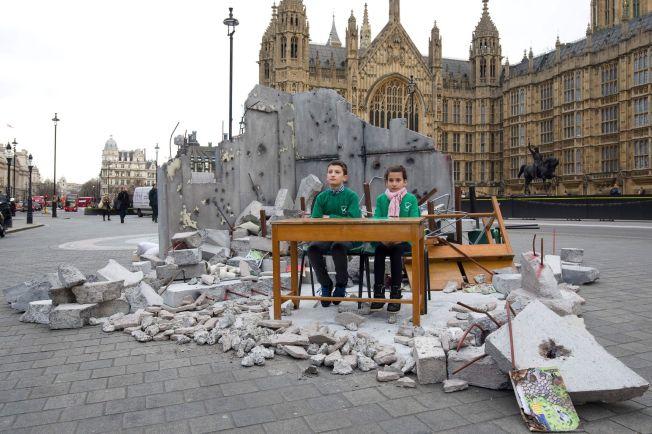 <p>BOMBET UT: Disse to barna kommer fra Aleppo. Ifølge Redd Barna ble skolen deres bombet. Organisasjonen gjenskapte en utbombet skole utenfor parlamentet i London i anledning giverlandskonferansen for Syria.</p>