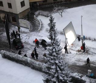 <p>SNØ: De første innspillingsdagene var det snø nok i massevis for «Snømannen». Andre dager denne uken måtte det kunstig snø til til utendørsscener.</p>