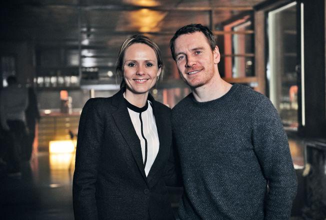 <p>STJERNEN OG MINISTEREN: Michael Fassbender og kulturminister Linda Hofstad Helleland på «et meget sentralt sted for Harry Hole» på filmsettet for «Snømannen» i går kveld.</p>
