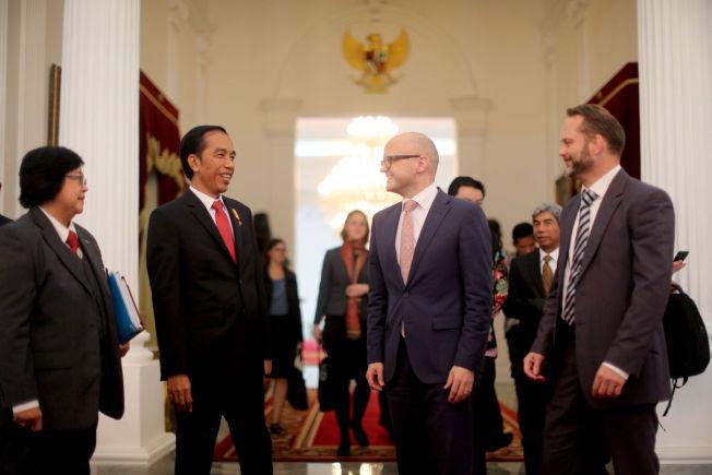 <p>REGNER PENGER: Indonesias president Joko Widodo og Norges klima- og miljøminister, Vidar Helgesen, ble enige om en storsatsing på regnskog under deres møte i Jakarta.</p>