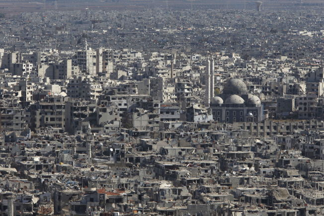 <p>RUINER: Slik så det ut i gamlebyen i Homs i begynnelsen av desember i fjor, da de siste opprørsstyrkene trakk seg ut av byen. Foto: Reuters</p>