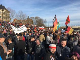 <p>STORT OPPMØTE: Pegida-tilhengere har møtt opp i hopetall. Ifølge VGs reporter på stedet er det rundt 5-6000 fremmøtte.</p>