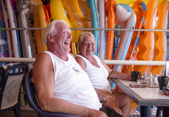 <p>INGEN FORSTÅELSE: Harald Brevik (67) og kona Annbjørg Austli (60) fra Steinkjer koser seg på Gran Canaria. De har ingen forståelse for at sydenferien de er på skal regnes for harry. Foto: ANNEMOR LARSEN/VG<br/></p>