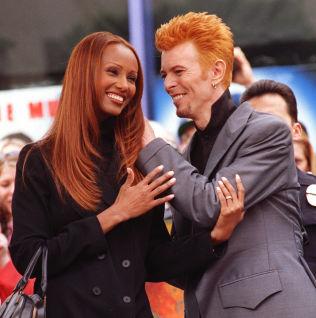 <p>MATCH: Rødlig fremtoning på Bowie og Iman da han fikk sin stjerne på Hollywood Walk of Fame i 1997. Foto: AP<br/></p>