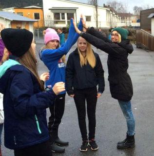 <p>LEK I SKOLEGÅRDEN: Elisabeth Fallon (t.h.) underviser i spansk ved to skoler i Hordaland som ligger ti minutters bilkjøring fra hverandre. Her er Fallon sammen med (fra venstre) ungdomsskoleelevene Sigrid Helene Steinhovden (14), Marie Næsheim Dale (14) og Karoline Vikebø (14).</p> <p>Foto: Privat</p>