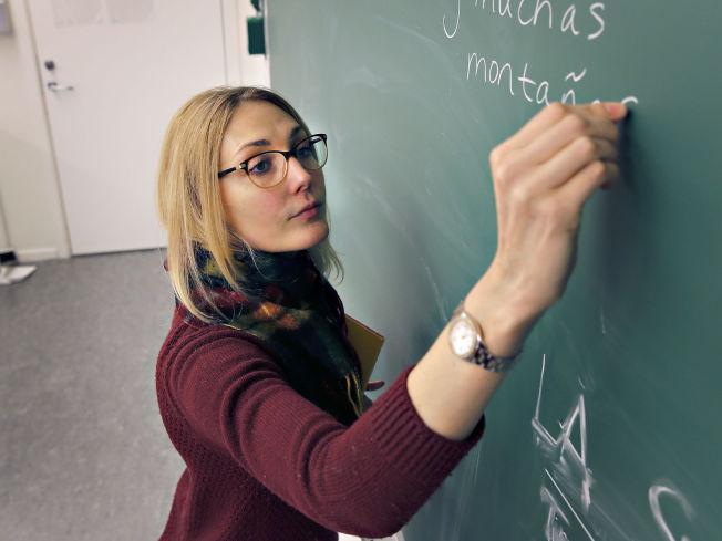 <p>ELEVER BLIR BERØRT: Spanskklassen mister læreren sin på et svært ugunstig tidspunkt, sier rektor Gunn Skjerping Knudsen og inspektør Øystein Litleskare ved Nordhordland Kristne Grunnskole.</p>