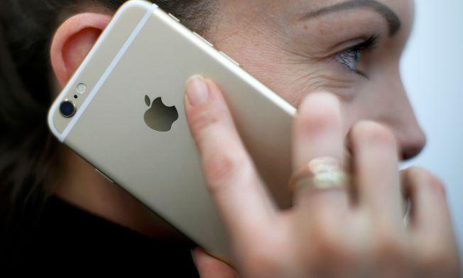 <p>TUSENVIS RAMMET: Feilmeldingen som låser nyere iPhone 6 smarttelefoner, har sannsynligvis rammet tusenvis av kunder. Foto: REUTERS</p>