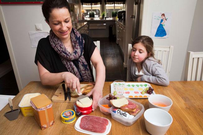 <p>MAMMA SMØRER: Camilla Johannessen (36) lager matpakke til datteren Linnéa Flaskerud (8) hjemme på Sagene i Oslo. Fire halve brødskiver med variert pålegg, litt grønt og en flaske biola får plass i matboksen.</p>