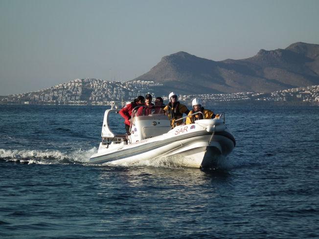 <p>GRESK REDNING: Frivillige fra Hellenic Rescue Team på øvelse utenfor øya Kos i RIB-en de har fått fra Redningsselskapet. Nå håper nordmennene at båten, som har fått navnet «Norvegia 1» snart får følge av langt flere.</p>