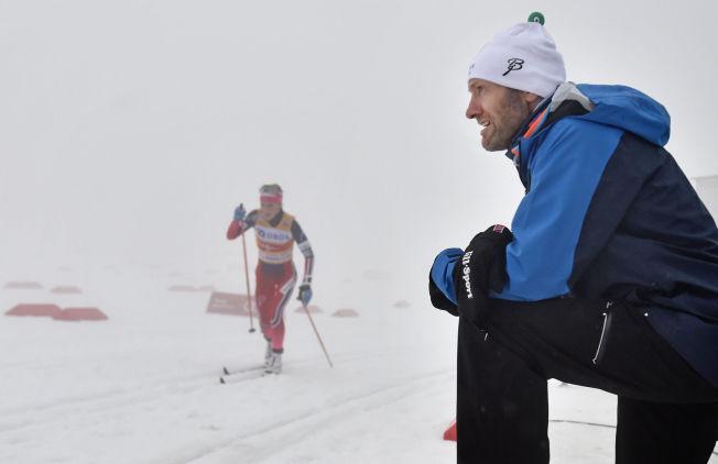 <p>OPPGJØR: Odd-Bjørn Hjelmeset synes det er blitt mer fyll i Holmenkollen etter at det ble fellesstart. Her på jobb for TV 2 med Therese Johaug i bakgrunnen i søndagens verdenscup.</p>