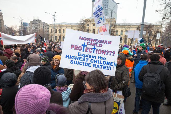 <p>DEMONSTRASJON: Flere hundre mennesker var i januar samlet i Romanias hovedstad Bucharesti til støtte for familier som ligger i konflikt med det norske barnevernet.</p>
