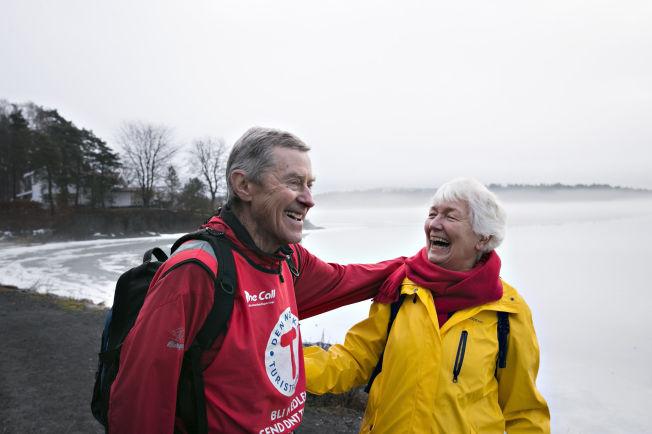<p>LATTER PÅ TUR: Per Winsnes (78) og Ellen Rygh (75) på kyststien på Høvikodden har mye å snakke om når de er på tur. Begge lever aktive liv som pensjonister, med skigåing og løping i tillegg til turer.<br/></p>