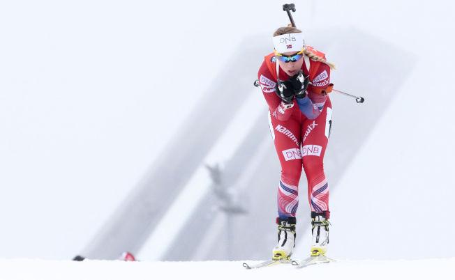 <p>KOLLEN-TÅKA: Slik så det ut da Tiril Eckhoff gikk skiskyttersprint i Holmenkollen i fjor. VM-arrangørene håper på å unngå tåkehav som blir tett nok til at skivene på standplass blir vanskelig å se.</p>