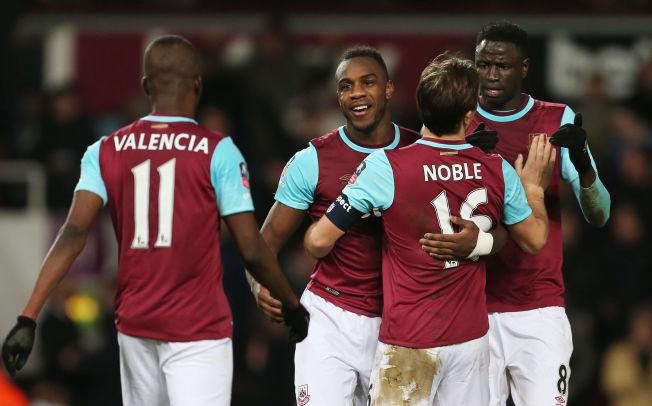 <p>MÅLSCORER: Michail Antonio gratuleres av servitør Enner Valencia (fra venstre), Mark Noble og Cheikhou Kouyaté etter West Hams første scoring.</p>