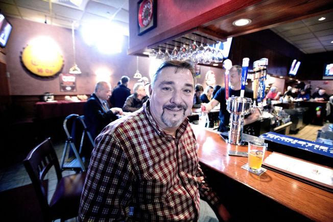 <p>OVERBEVIST: Møtet med Chris Christie på puben, fikk Andy Gauthier (53) til å gi sin stemme til New Jersey-guvernøren.</p>
