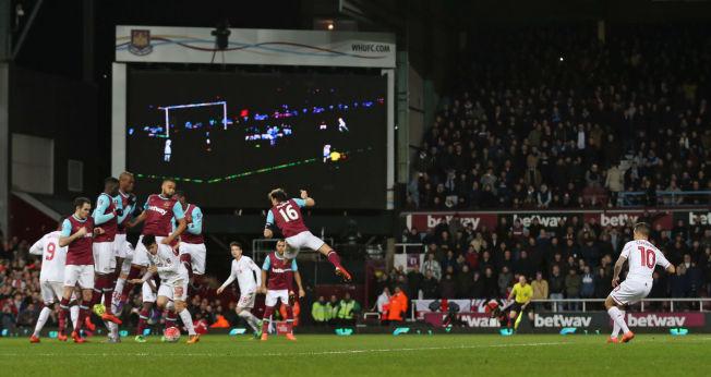 <p>FRISPARKFREKKIS: Phillipe Coutinho (til høyre) scorer ved å plassere ballen (til venstre) under muren.<br/></p>