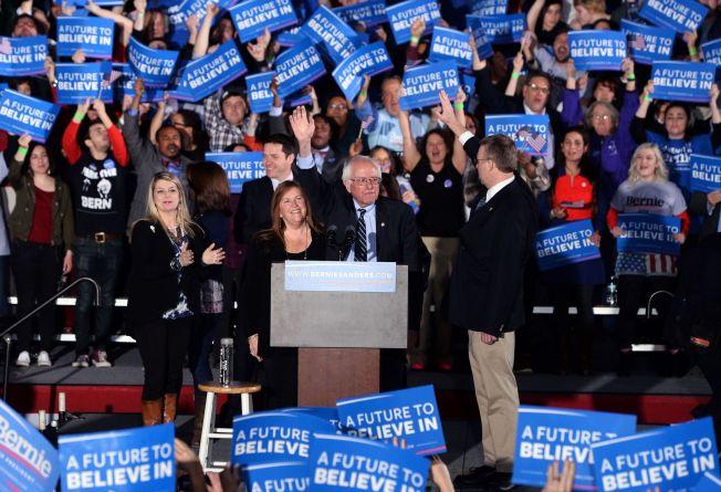 <p>HYLLET: Vermont-senator Bernie Sanders ble hyllet i Concord, New Hampshire. Her sammen med kona.</p>