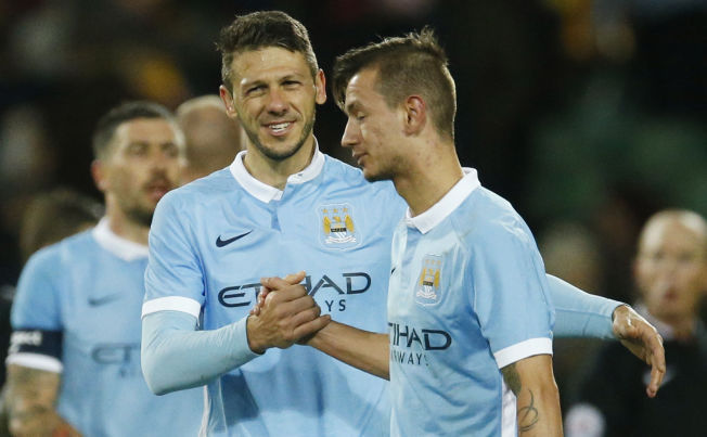 CITY-SUKSESS: Martin Demichelis gratulerer Bershant Celina i FA-cup-kampen mot Norwich.
