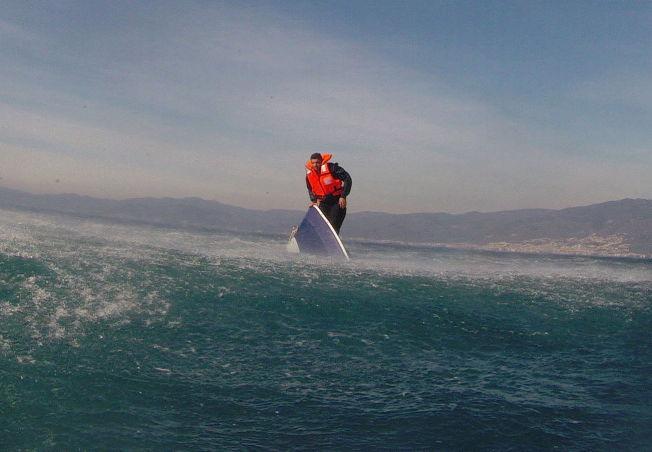 <p>REDDET: Her blir den unge mannen - identifisert som syriske Pelen (20) - reddet av den tyrkiske kystvakten sist mandag. 27 personer som var ombord i båten, skal ha druknet.</p>