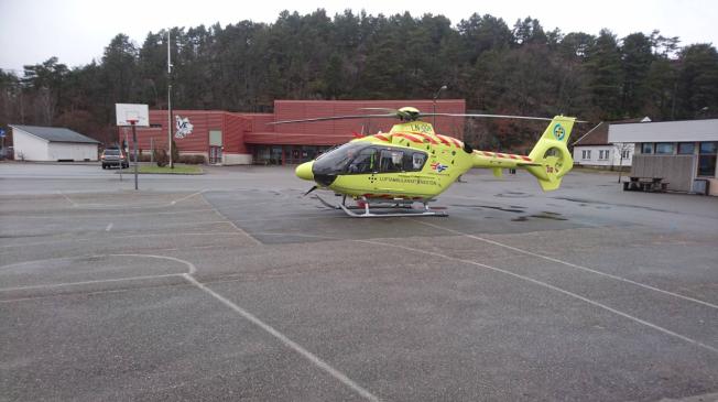 <p>BLE REDDET: Redningshelikopterer på plass på lekeplassen på Ve skole.</p>