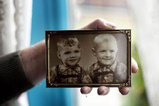 <p>BARN: Her er Arne Treholt (t.v.) avbildet med sammen broren Ainar på Brandbu i Oppland hvor familien bodde.</p>