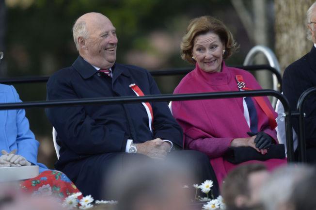 <p>GAVESTOPP: Kong Harald og dronning Sonja skal ikke lenger motta gaver fra kommersielle aktørere. Her fra det direktesendte grunnlovsjubileet ved Eidsvollbygningen.</p>