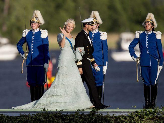 <p/> <p>LUKSUSDESIGN: Kronprinsesse Mette-Marit er ofte å se i nye kjoler. Denne spesiallagde kjolen fra Pucci bar hun under prinsesse Madeleines bryllup i Stockholm i 2013. Slike spesiallagde kjoler har en startpris på 70.000 kroner for de billigste variantene.</p>