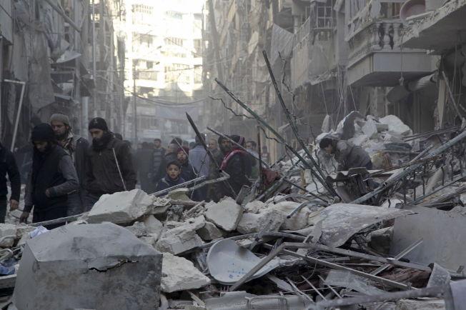 <p>EN BY I RUINER:Innbyggere i Aleppo ser på skadene etter luftangrep fra regjeringslojale styrker i den opprørskontrollerte bydelen Al-Shaar 4. februar.</p>