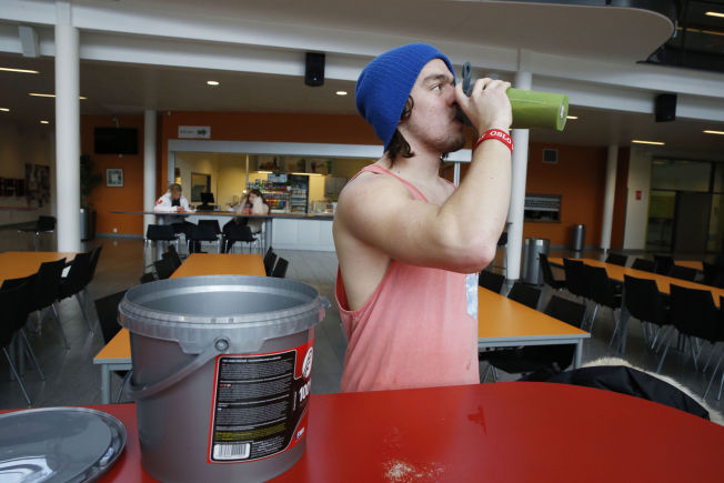 <p>KJAPT OG ENKELT: Markus Gjersvik (18) tar proteintilskudd etter en økt i styrkerommet fordi han mener det forbedrer restitusjonen samtidig som det er enklere enn å ha med seg matpakke.</p>