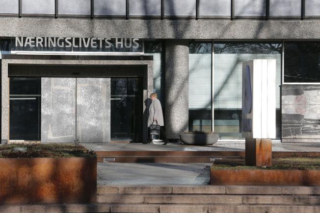 <p>HØYT SPILL OM PENSJON: LO-leder Gerd Kristiansen på vei inn til hemmelig møte i NHO-bygget halv tre torsdag ettermiddag, hvor den hete poteten pensjon lå på bordet.</p>