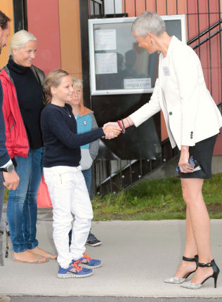 <p>MØTTE REKTOR: Prinsesse Ingrid Alexandra tok rektor Janecke Aarnæs i handa då ho byrja på privatskulen i Bærum.</p>