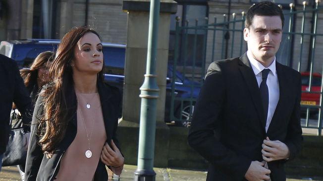 KJÆRESTEN VAR MED: Stacey Flounders (t.v.) var til stede i Bradford Crown Court da Adam Johnson sa seg skyldig i to av fire tiltalepunkter.
