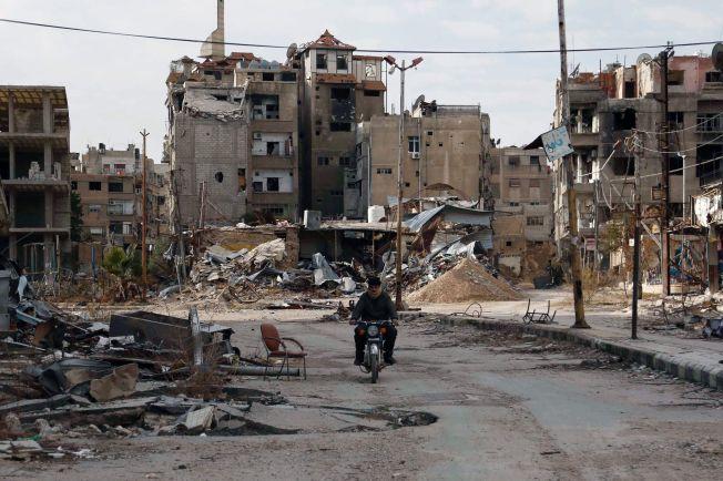 HOVEDSTADEN: En mann passerer gjennom utbombede ruiner i Syrias hovedstad, hvor det også er folk i beleirede områder som desperat trenger nødhjelp.