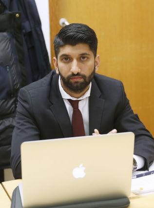<p>FORSVARER: Advokatfullmektig Inam Ghous Ali under fengslingsmøtet fredag.</p>