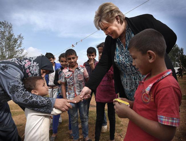 <p>KONTROLL: Statsminister Erna Solberg besøkte i november i fjor syriske flyktninger i Libanon. Hun varsler nå at den norske grensekontrollen vil fortsette til EU får kontroll på sine yttergrenser. Foto: HARALD HENDEN</p>