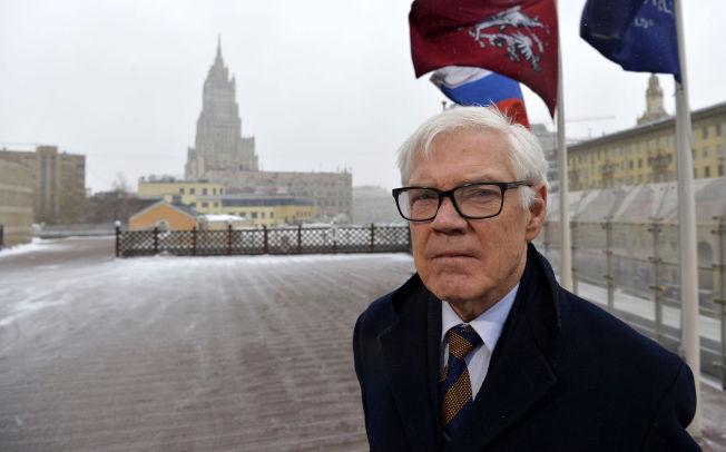 <p>I VINDEN: Arne Treholt på gaten i Moskva, i bakgrunnen skimtes det russiske utenriksdepartementet.</p>