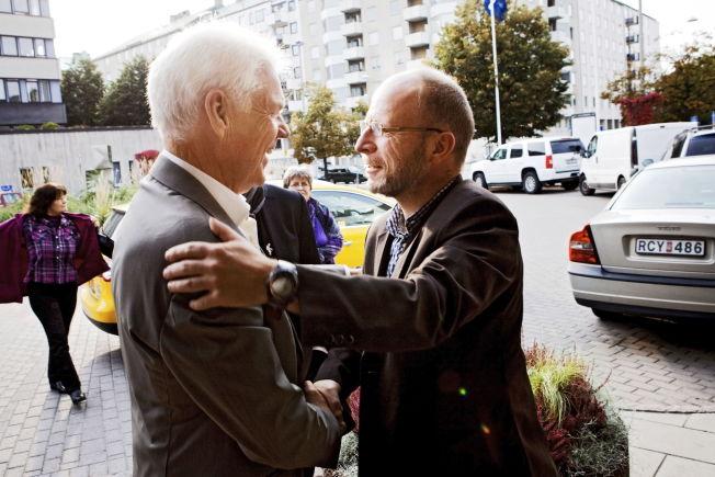 <p>MØTTES I 2010: Arne Treholt (t.v) og Geir Selvik Malthe-Sørenssen, møtes utenfor SVTs lokaler i Stockholm i 2010, etter utgivelsen av Malthe-Sørenssens bok «Forfalskningen». Boken markerte en drastisk omdreining i Treholt-saken.</p>