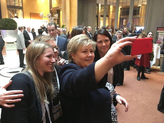 <p>ERNA OG DAMENE: Statsminister Erna Solberg (H) sikrer seg en selfie av sitt team i München, for anledningen bare kvinner fra Statsministerens kontor: Fra venstre rundt Solberg står spesialrådgiver Kirsten Glslesen, statssekretør Ingvild Næss Stub (H), kommmunikasjonssjef Trude Måseide (bak statsministeren) og fagdirektør Trine Heimerback.</p>