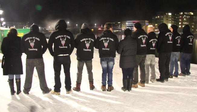 <p>UT I BYEN: De aller fleste av «soldatene» hadde logoen med vikinghjelm og norsk flagg på ryggen.</p>