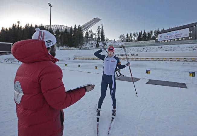 <p>TEAM SVENDSEN: Sondre Flaa Eieland (t.v.) gir Emil Hegle Svendsen tilbakemeldinger etter en treningsøkt i Holmenkollen.</p>