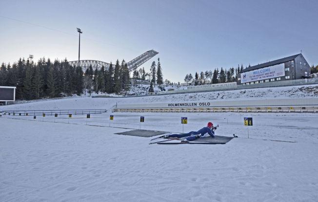 <p>HJEMME ALENE: Mens verdenseliten i skiskyting har vært på verdenscup i Canada og USA, har Emil Hegle Svendsen trent alene her i Holmenkollen.</p>