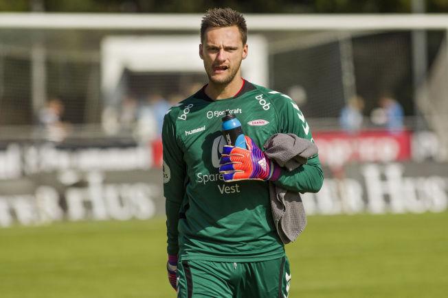 <p>MØTTE LEDELSEN: Brann-keeper Piotr Leciejewski på vei av banen etter bortekampen mot Sandnes Ulf forrige sesong.</p>