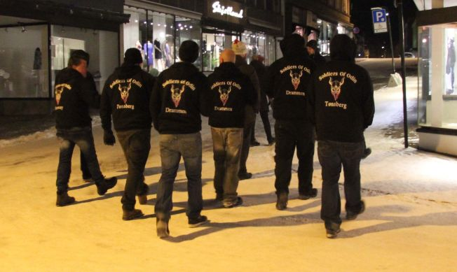 <p>PATRULJERTE: Her går medlemmer av Soldiers of Odin i Tønsberg natt til søndag.</p>